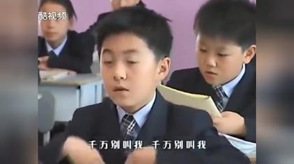 这小孩太厉害了,对着白纸念作文,老师竟还没看出来