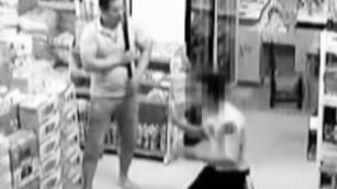 贵州一老板凌晨超市内对男子撕扯棍棒猛打,男子跪地举手求饶