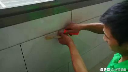 墙砖美缝前先清缝隙水泥,清理干净后再抹干净缝隙边灰尘