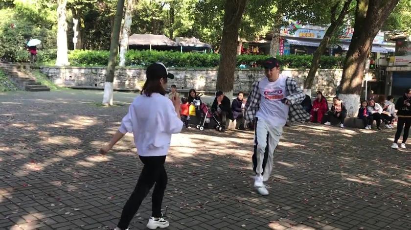 小帅哥广场跳鬼步舞被围观了,路过阿姨冲出来尬舞,究竟谁是舞王