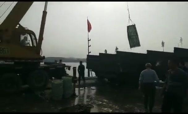 40大吊车不停作业六小时,20多吨鲜活螃蟹海鲜被卸在码头,全过程