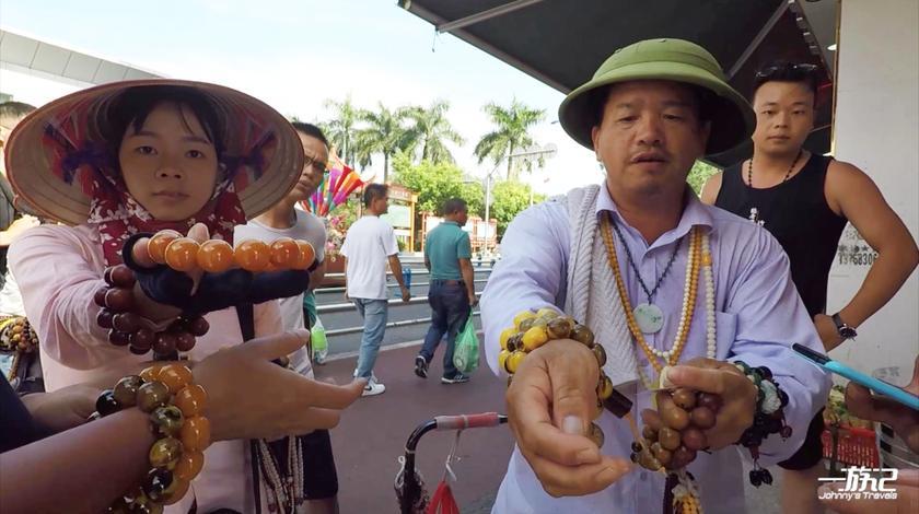 越南人卖东西太狠了,只要你的手接住他的商品,你就跑不掉