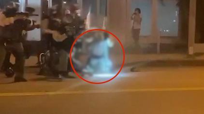 美国洛杉矶县百人举行游行 警察被拍到用防爆盾猛砸抗议者