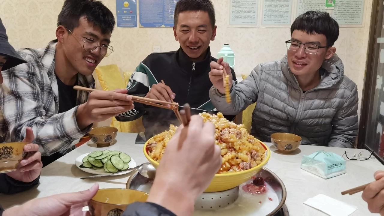 山东小伙徒步去西藏,遇到一帮驴友在藏区30块钱住宿还能有肉吃。