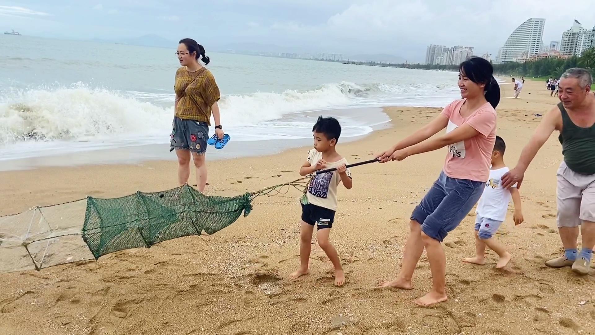 台风过后,海边都是地笼,小雪费九牛二虎之力才整上岸