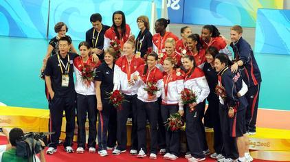 郎平带领美国女排时隔24年再夺银牌!北京奥运决赛:巴西vs美国!