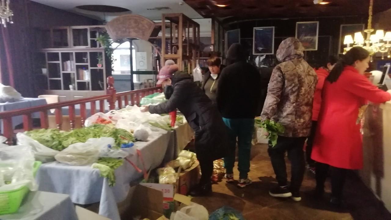 为防控疫情,北京亦庄本地最有名的饭店开始停业,抓紧处理蔬菜