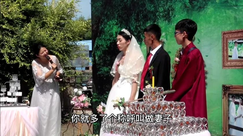 农村的婚礼酒席太接地气,几口大锅同时上阵,全家人上手一起忙!