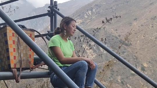 嫁到悬崖村的姑娘,第一次坐在梯子上,唱彝族敬酒歌歌