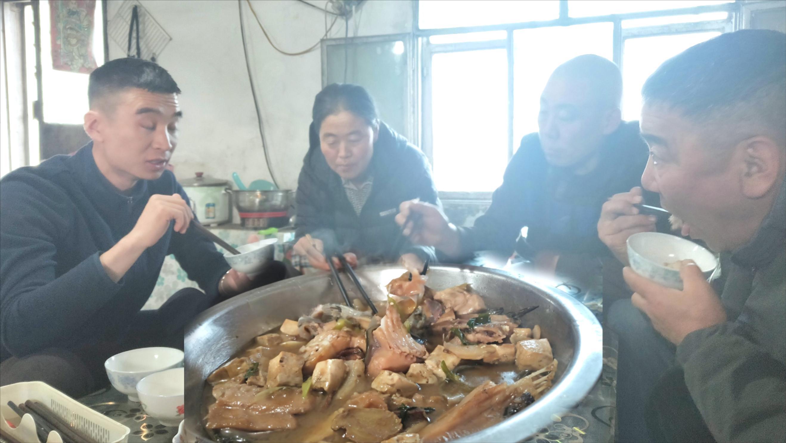 不是蒙古人却在草原生活14年,外地人来草原咋租地?大盆吃肉豪爽