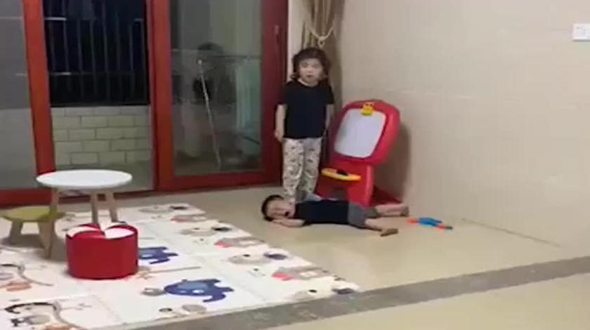 打弟弟一定要趁早,姐姐轻轻松松就把他俩打服了,长大都不敢反抗