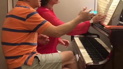 兄妹俩刚拿到谱子,边商量着边给大家视奏一曲,完美!