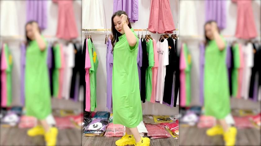 笑容甜美的长发御姐,简约时尚的长裙,穿出时尚穿出好身材