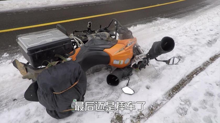 小伙在冰雪路面骑摩托,连续摔车,整个人都摔懵了