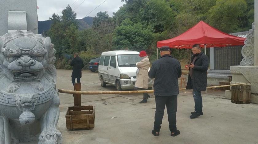 浙江丽水开潭村封道,为了大家健康,村长24小时守护。