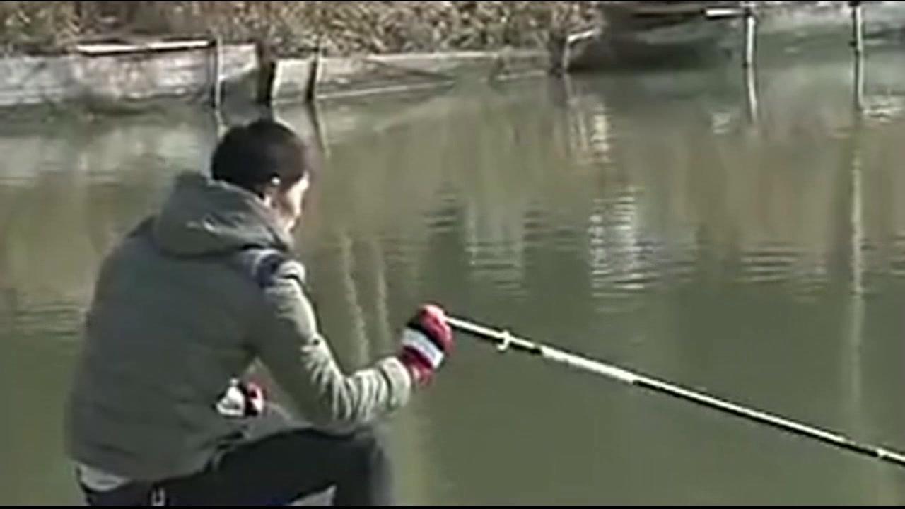 到达钓点之后,钓友先向鱼塘老板了解下鱼情