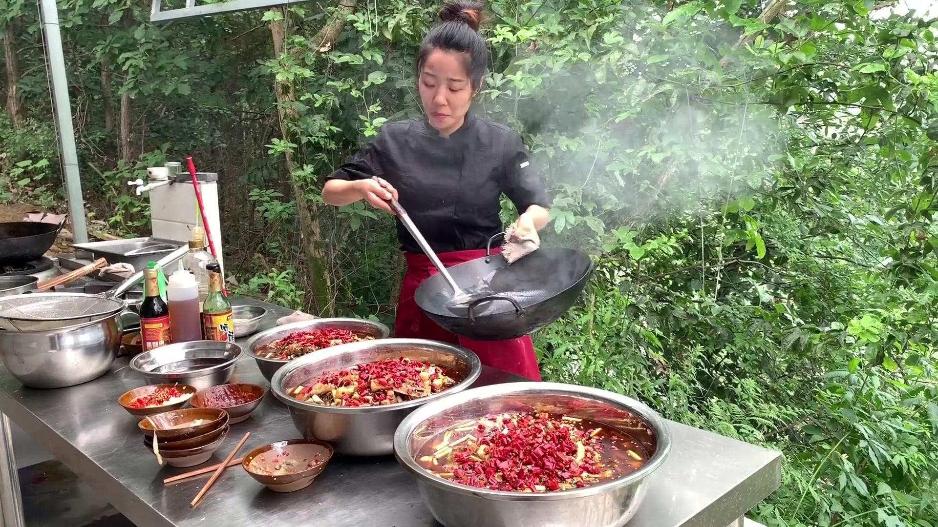 四川女厨师炒大锅菜之红味酸菜鱼;做了3大盆吗,味道相当的巴适