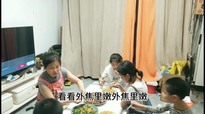 温柔贤惠的农村媳妇在家做美食厨艺,全家人都夸赞。