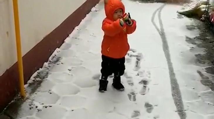 儿子第一次看到雪,憨憨的表情太可爱了,忍不住想笑!
