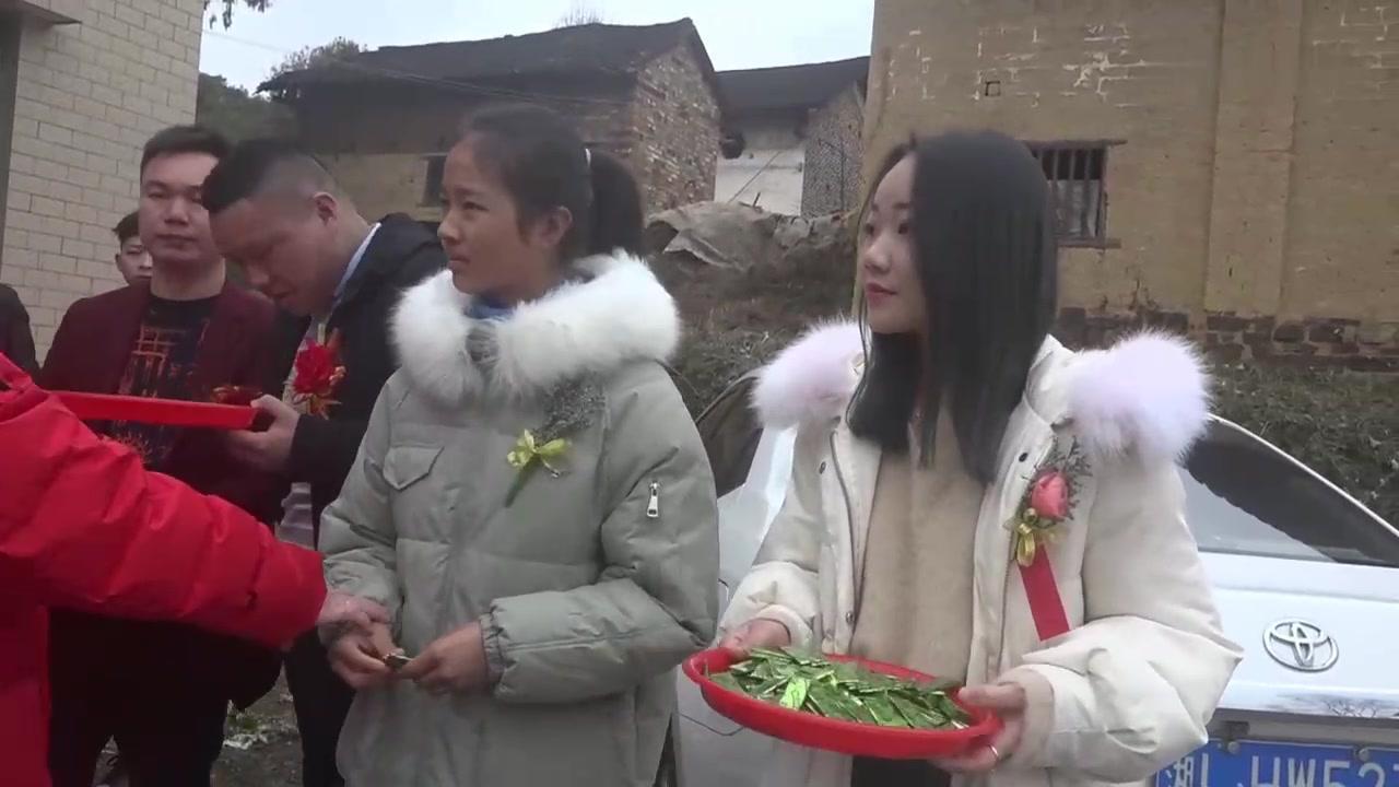 湖南老板结婚,表妹站外面帮忙,村里就数她漂亮了